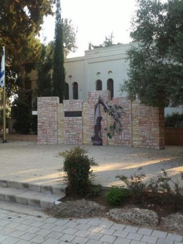 Fallen Soldiers Memorial next to the Holocaust memorial Wall, Binyamina (credit – Diana Dolev)